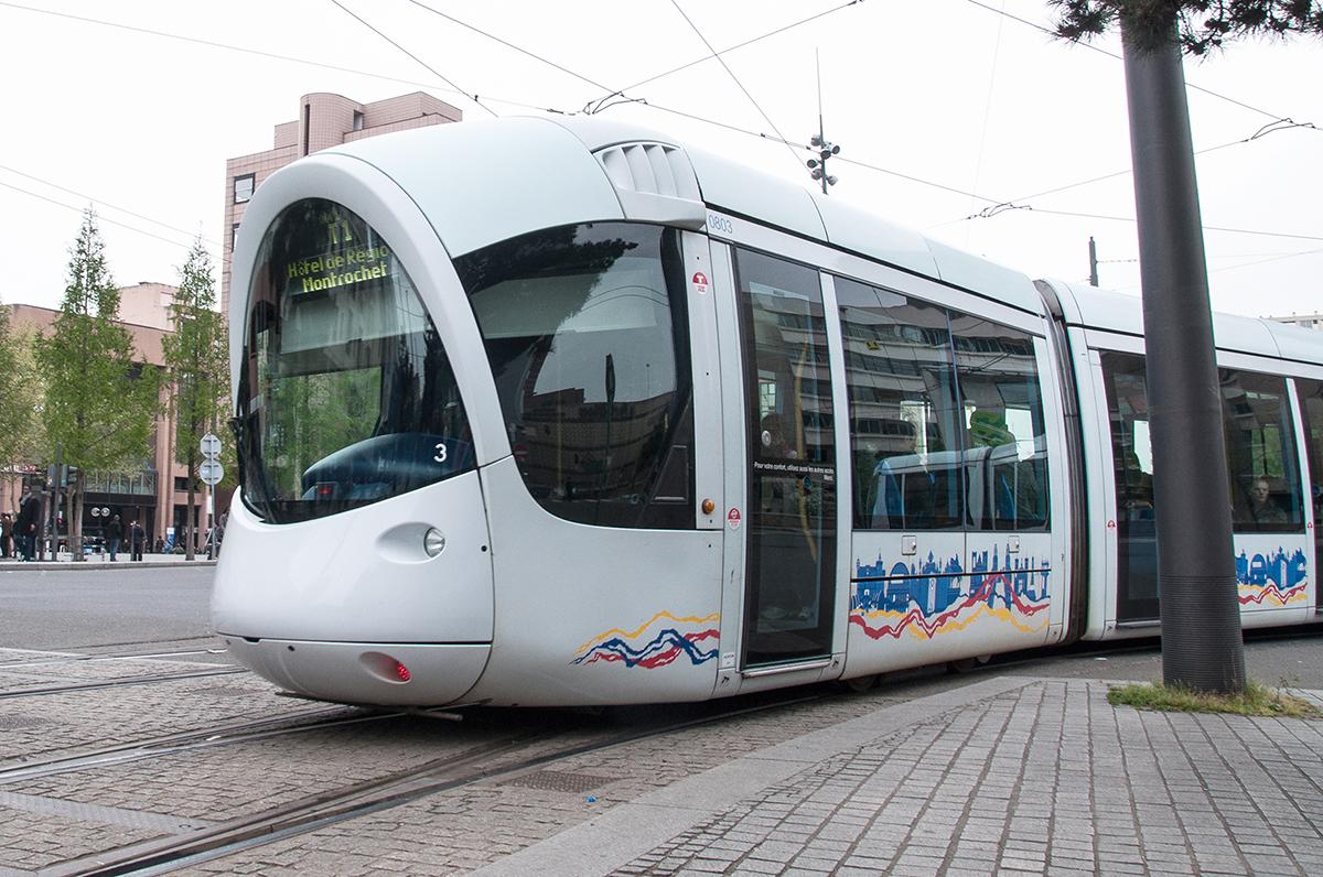 Lyon : il fume dans le tram, un passager le frappe violemment