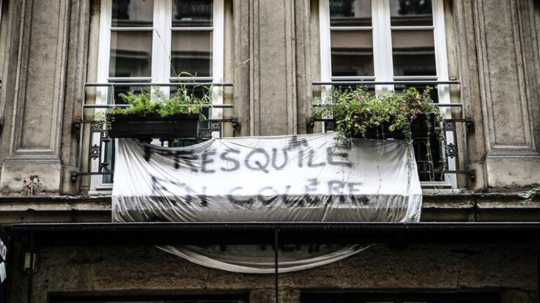 """Banderole du collectif """"Presqu'île en colère"""" sur des balcons – Lyon, octobre 2019 © Antoine Merlet"""