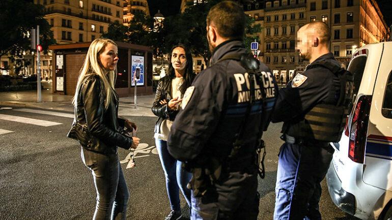 """Deux membres du collectif """"Presqu'île en colère"""" discutant avec des policiers – Lyon, octobre 2019 © Antoine Merlet"""