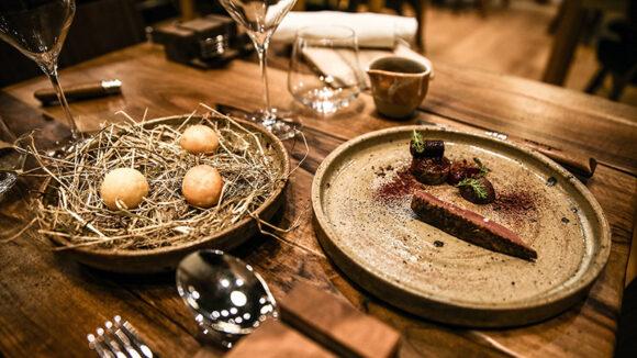 """Table dressée au restaurant """"Rustique"""" – Lyon © Antoine Merlet"""