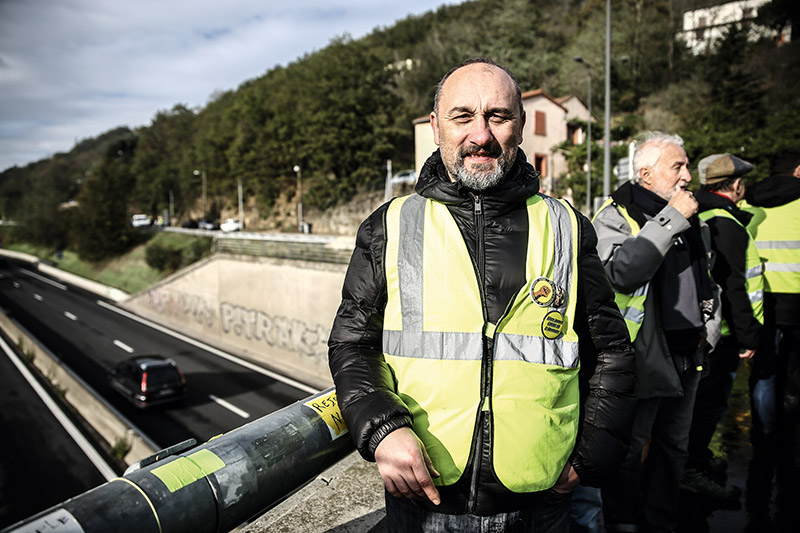 Fabrice, gilet jaune sur le rond-point de Givors © Antoine Merlet