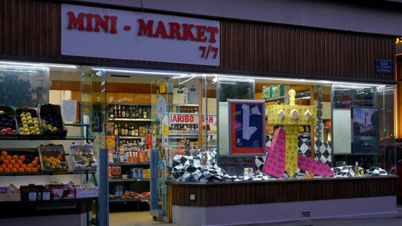 Vitrine du Mini-Market, cours de Verdun © Lucas Zambon