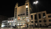 Le Théâtre national populaire, à Villeurbanne – La façade, en face de l'hôtel de ville © DR