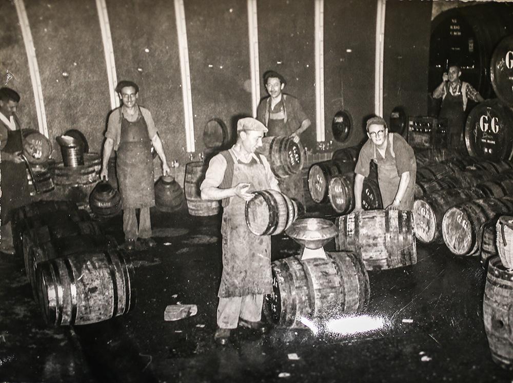 Remplissage des feuilettes et des barils chez Guyot dans les années 1950 © Archives maison Guyot