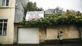 Pancarte critiquant la densification, sur le mur d'une maison à Caluire © Antoine Merlet