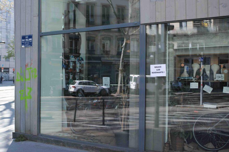 """Affiche """"bravo les soignants"""" à Lyon"""