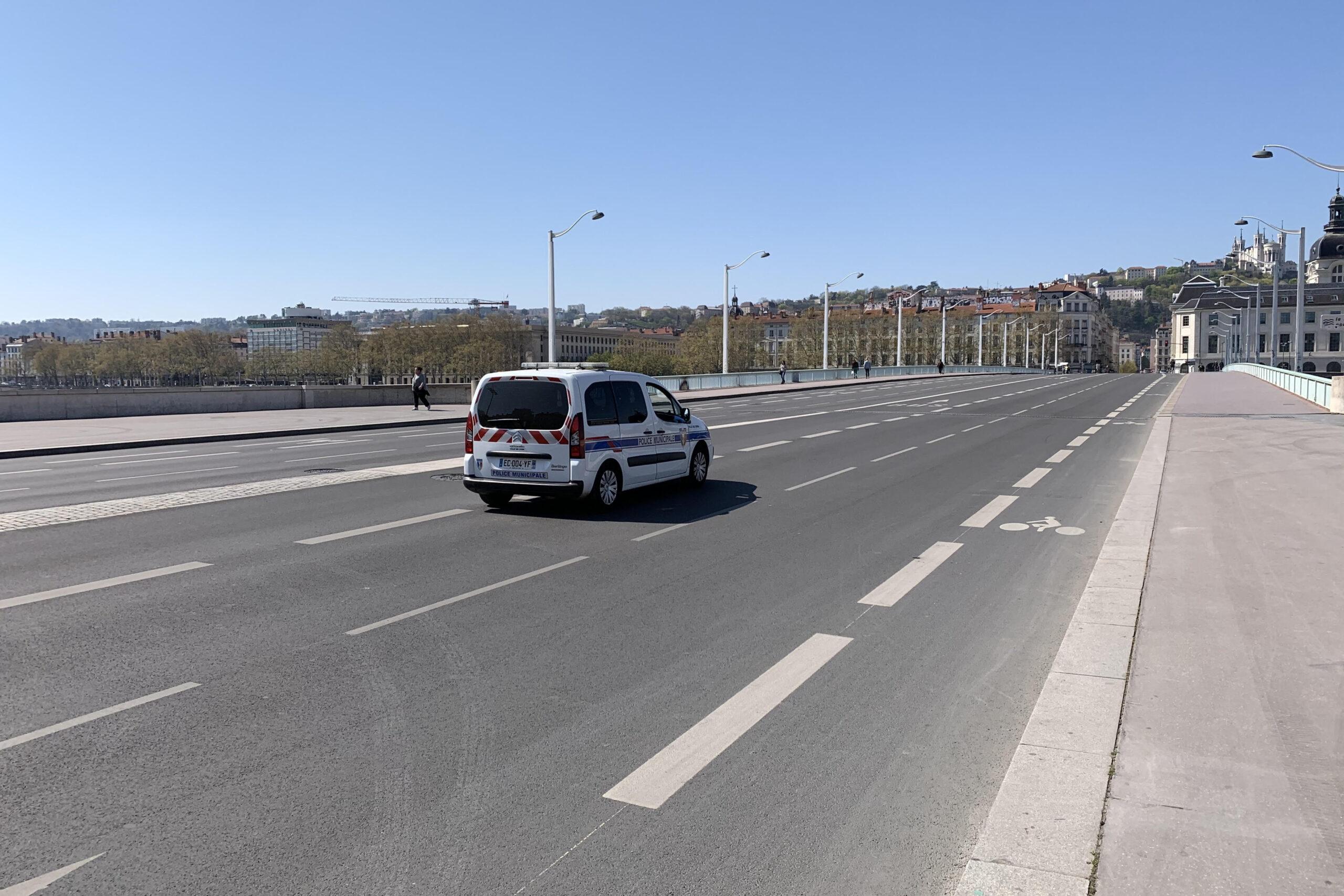 Voiture de police municipale sur le pont de la Guillotière à Lyon