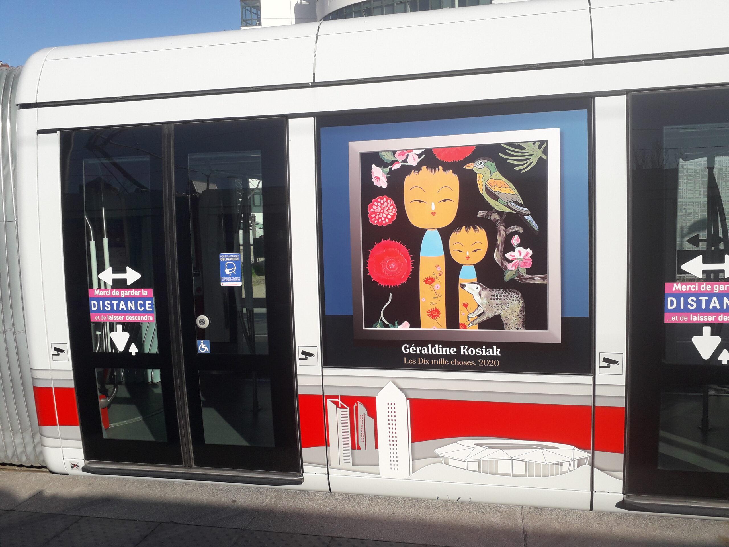Exposition hors les murs sur un tram, à Lyon @AnthonyFaure